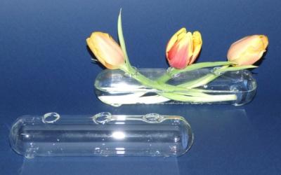Vase lang für drei Blumen